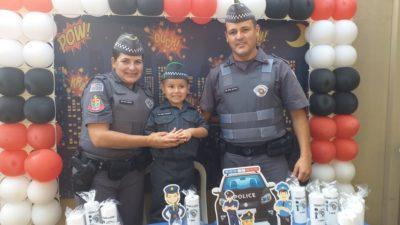 Policiais surpreendem garoto em festa com tema da PM