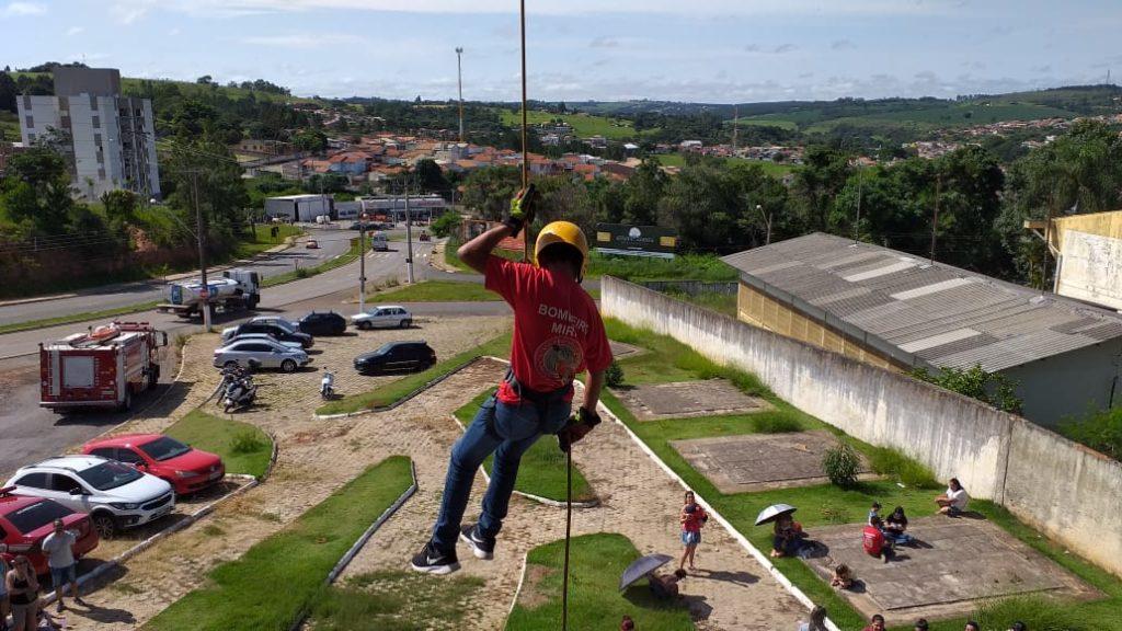 Bombeiros Mirins realizam rapel no Mirante do Debret
