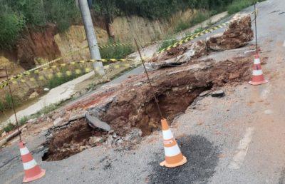 Excesso de chuva provocou buraco na Rua Coronel Levino Ribeiro