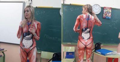 Professora dá aula de anatomia em um traje de corpo inteiro que mapeia o corpo humano em detalhes nítidos
