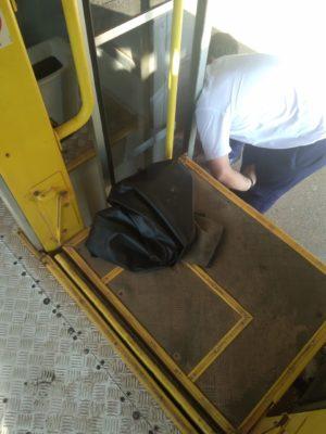 Moradora reclama de problema em dispositivo para deficiente em ônibus