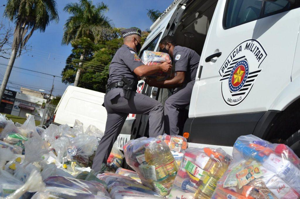 Polícia Militar e Corpo de Bombeiros distribuem 1 tonelada e meia de mantimentos
