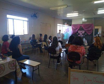 Médica realiza palestra com adolescentes sobre prevenção, métodos contraceptivos e higiene