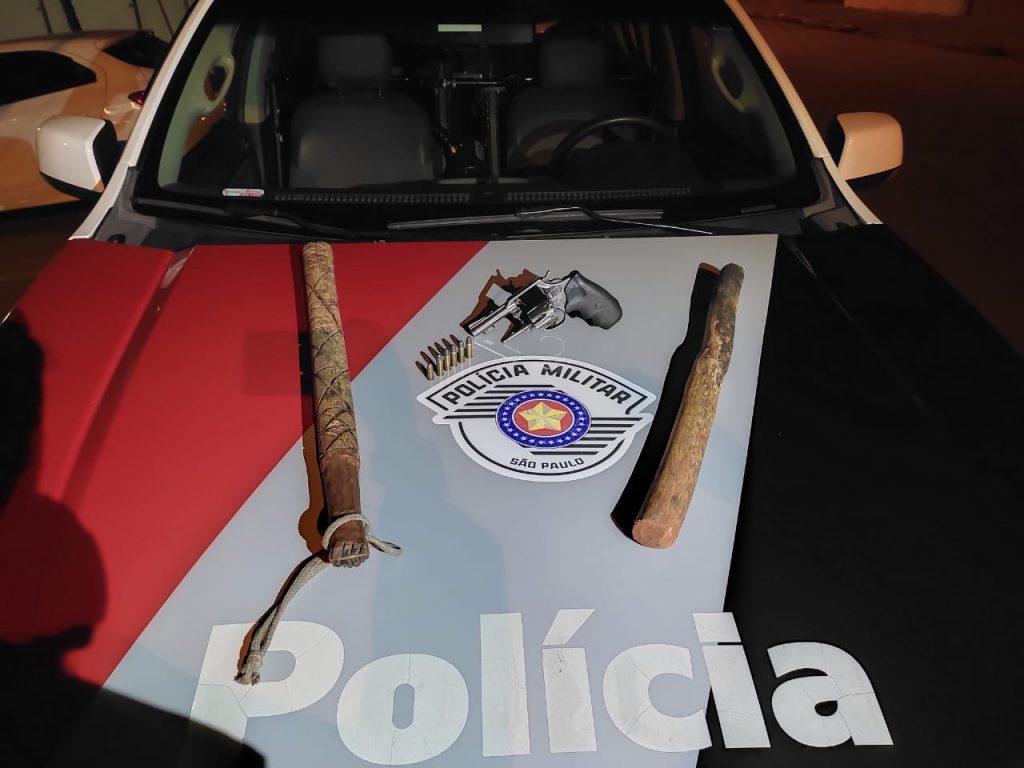 Polícia Militar prende dois indivíduos por porte ilegal de arma de fogo, extorsão e porte de drogas